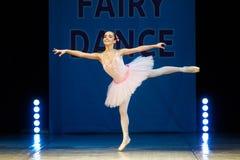 在阶段的年轻芭蕾舞女演员女孩跳舞 免版税库存照片