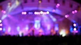 在阶段的Defocused娱乐音乐会照明设备弄脏了迪斯科聚会 影视素材