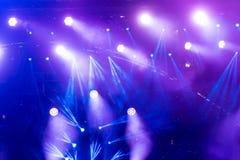 在阶段的Defocused娱乐音乐会照明设备 库存照片