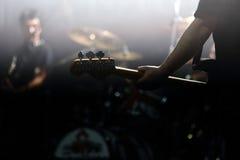 在阶段的Gitarist在音乐会期间 库存图片