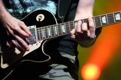 在阶段的Gitarist在音乐会期间 库存照片