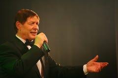 在阶段,人群喜爱,闪耀歌手,歌手爱德华Hil (先生 Trololo) 库存图片