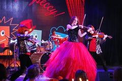 在阶段,传神红发小提琴手玛丽亚Bessonova儿子孪生 小提琴三重奏两几代红色火热的音乐家 图库摄影
