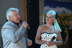 在阶段,作曲家歌曲作者,歌手,艺术大师由他的妻子的亚历山大莫罗佐夫,小游艇船坞Parusnikova 库存图片