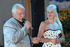 在阶段,作曲家歌曲作者,歌手,艺术大师由他的妻子的亚历山大莫罗佐夫,小游艇船坞Parusnikova 库存照片