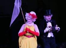 在阶段,小丑,笑剧,喜剧演员,马戏团的演员笑剧剧院笑剧和扮小丑, Licedei 免版税图库摄影