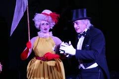 在阶段,小丑,笑剧,喜剧演员,马戏团的演员笑剧剧院笑剧和扮小丑, Licedei 免版税库存图片