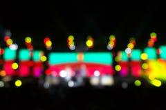 在阶段,节日前夕的Defocused娱乐音乐会照明设备 库存照片