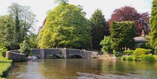 在阿什富德在这水的Sheepwash桥梁在德贝郡,英国 免版税图库摄影
