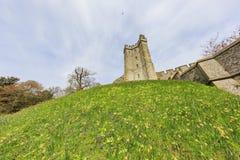 在阿伦德尔城堡附近的古迹 免版税库存照片