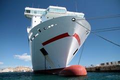 靠码头的集装箱船 免版税库存图片