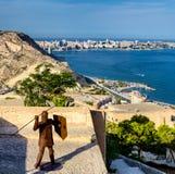 在阿利坎特,西班牙电烙有矛和盾保护的城堡的圣塔巴巴拉人 免版税图库摄影