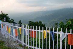 在阿南达小山顶的世界和平塔在博克拉 图库摄影