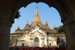在阿南达Pahto寺庙前的和尚在考古学复合体在Bagan 库存图片