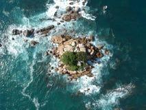 在阿卡普尔科,墨西哥附近从上面晃动海岛在太平洋 免版税库存照片