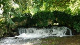 在阿基尼城堡庭院,法国的瀑布 股票录像