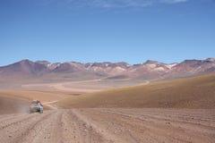 在阿塔卡马沙漠的旅游汽车在玻利维亚 库存照片