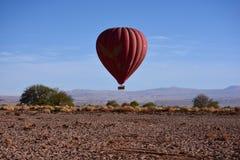 在阿塔卡马沙漠的气球在智利 免版税库存图片