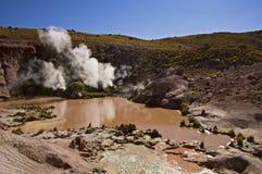 在阿塔卡马沙漠蒸从泥水池的通风口 免版税库存照片
