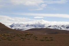 在阿塔卡马沙漠虚度谷或瓦尔de la与火山的月/月球风景 库存照片