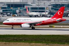 在阿塔图尔克国际机场的土耳其政府空中客车A319 TC-IST离开 免版税库存照片