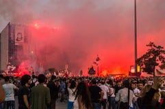 在阿塔图尔克文化中心(AKM自动步枪)大厦附近的平民在Gezi公园抗议期间在伊斯坦布尔,土耳其 免版税库存图片
