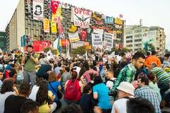 在阿塔图尔克文化中心(AKM自动步枪)大厦附近的平民在Gezi公园抗议期间在伊斯坦布尔,土耳其 图库摄影