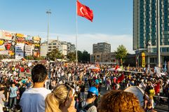 在阿塔图尔克文化中心(AKM自动步枪)大厦附近的平民在Gezi公园抗议期间在伊斯坦布尔,土耳其 库存图片