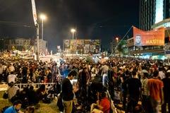 在阿塔图尔克文化中心(AKM自动步枪)大厦附近的平民在Gezi公园抗议期间在晚上在伊斯坦布尔,土耳其 免版税库存图片