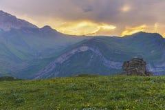 在阿塞拜疆的山的夏天日落 免版税库存图片