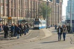 在阿姆斯特丹中央驻地旁边的人等待的电车 库存图片