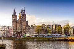 在阿姆斯特丹中央驻地附近的圣尼古拉斯大教堂 免版税图库摄影