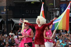 在阿姆斯特丹同性恋自豪日运河游行期间的扮装皇后 图库摄影