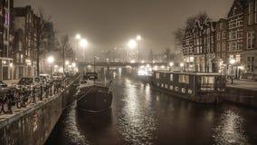 在阿姆斯特丹夜运河的小船  库存图片