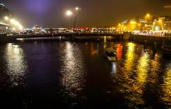 在阿姆斯特丹夜运河的巡航小船  库存图片