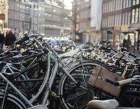 在阿姆斯特丹市,停放的理想的交通eco健康生活方式概念关闭街道上的许多自行车在阳光 免版税库存图片