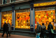 在阿姆斯特丹晚上街道上的一个商店窗口  免版税图库摄影