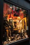 在阿姆斯特丹晚上街道上的一个商店窗口  库存图片