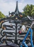 在阿姆斯特丹爱在Magere brug (皮包骨头的桥梁)的锁在河Amstel 免版税库存图片
