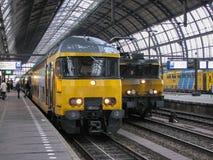 在阿姆斯特丹的中央驻地的火车 库存图片