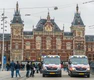 在阿姆斯特丹维持守卫中央驻地的公共汽车治安 免版税库存图片