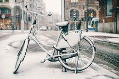 在阿姆斯特丹街道上停放的自行车  库存照片