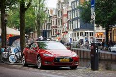 在阿姆斯特丹街道上的特斯拉  库存照片
