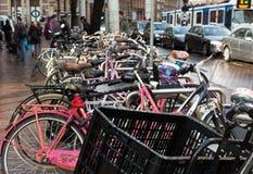 在阿姆斯特丹街道的繁忙的自行车驻地 库存图片