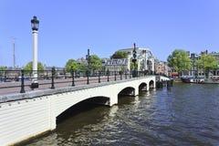 在阿姆斯特丹运河传送带,荷兰的著名微薄的桥梁 免版税库存照片
