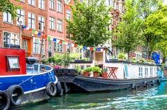 在阿姆斯特丹运河的典型的居住船  图库摄影