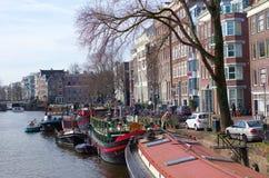 在阿姆斯特丹运河的小船 库存照片