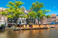 在阿姆斯特丹运河的居住船 免版税图库摄影