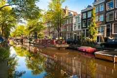 在阿姆斯特丹运河的居住船 免版税库存照片