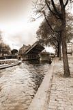 在阿姆斯特丹运河的游船  库存图片